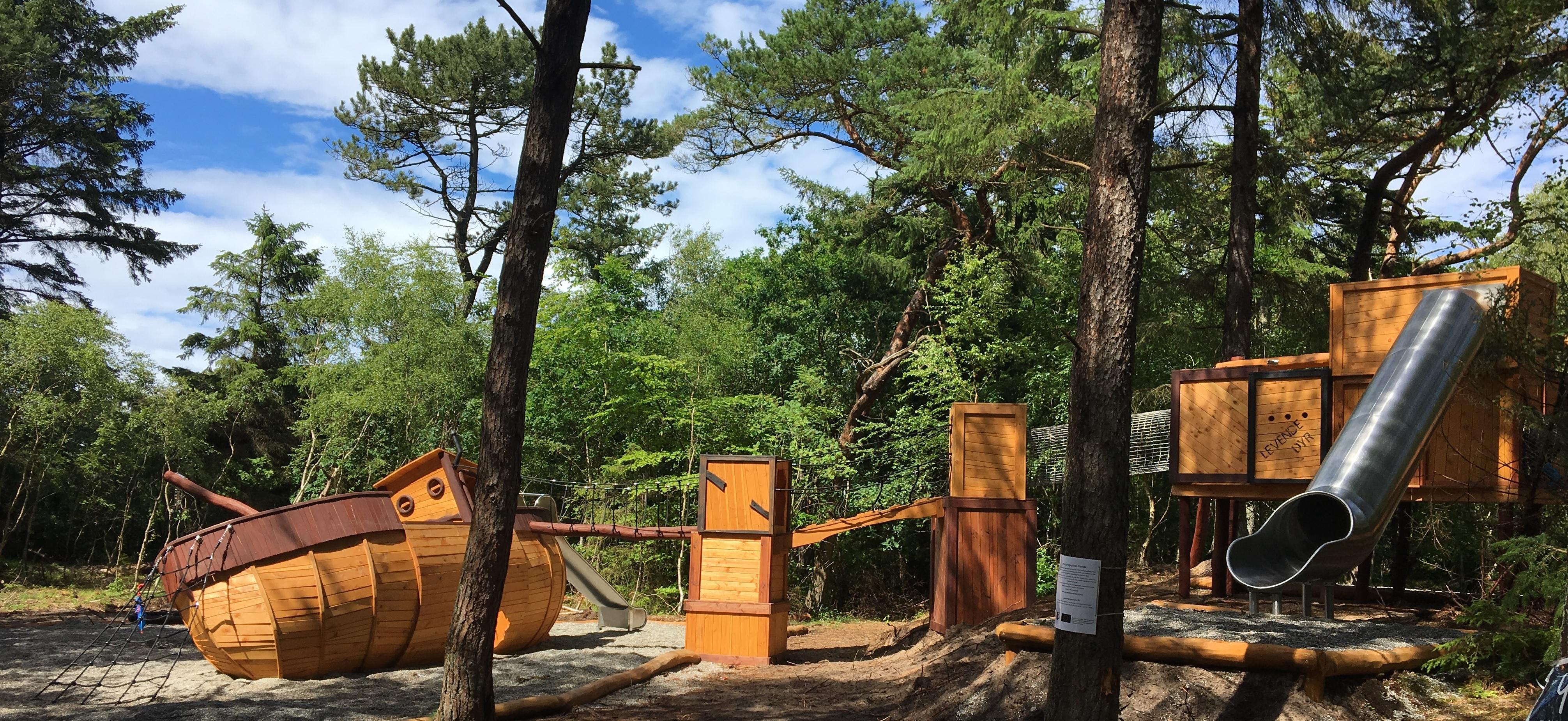 Naturlegeplads med flotte naturlegepadsudstyr - legeplads i skov
