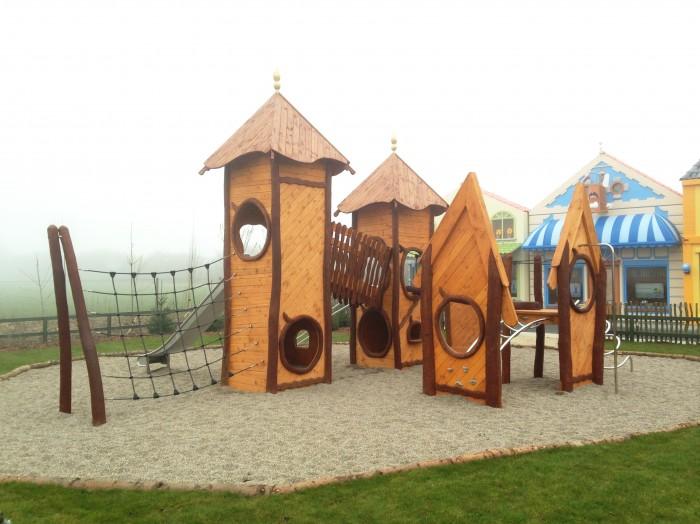 Fleksible legeredskaber i træ. Naturlegeplads med høj legeværdi og læringsmuligheder.