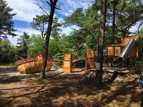 Naturlegeplads med legeskib. Legeplads firma med unikke løsninger. Legeredskaber i træ.