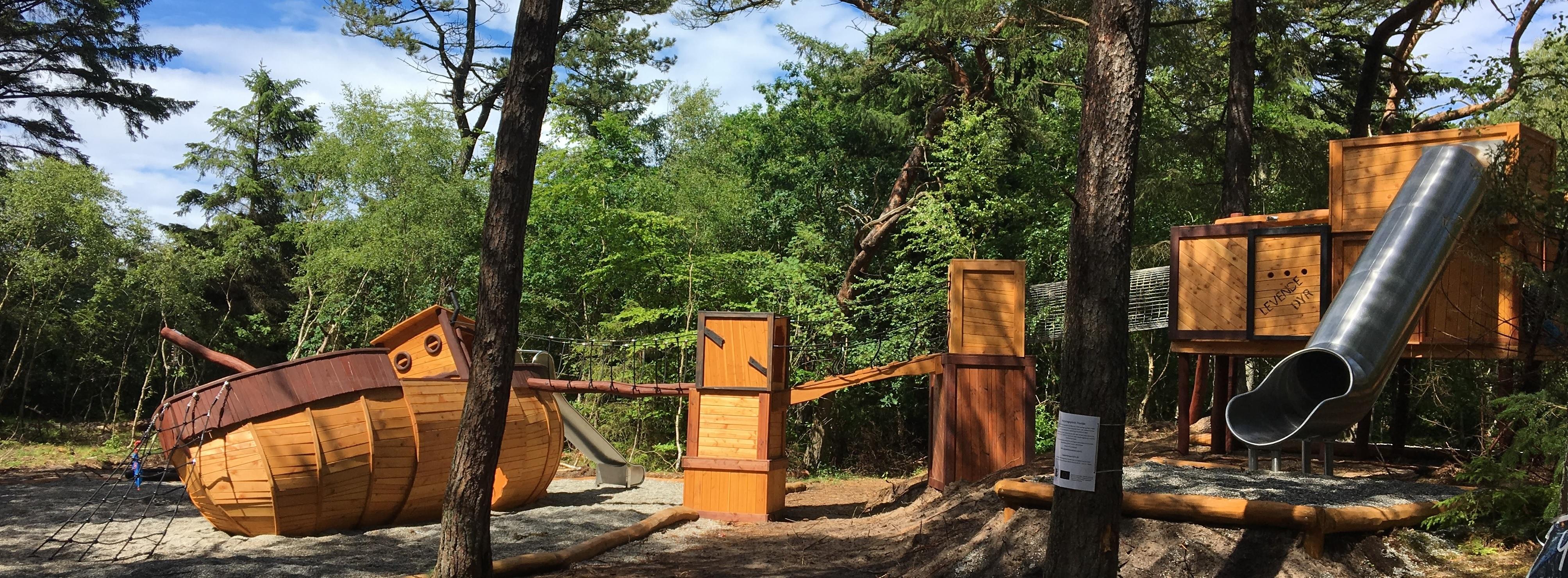 Naturlegeplads med flotte naturlegepladsudstyr - legeplads i skoven nær Tisvildeleje