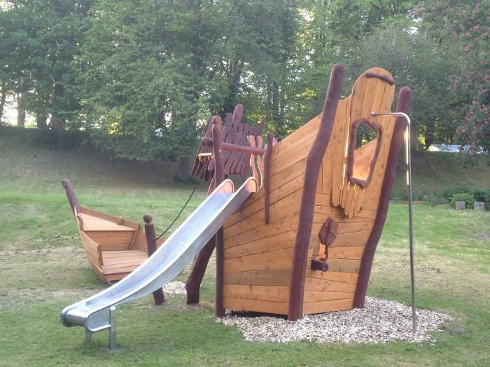 Skab temaleg på legepladser med legeredskaber som sørøverskibet fra legepladsspecialist.dk