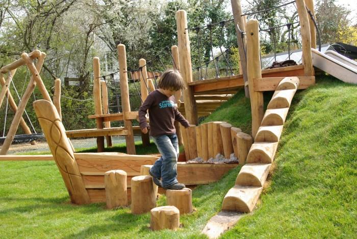 Skab legepladser med junglebaner i træ.