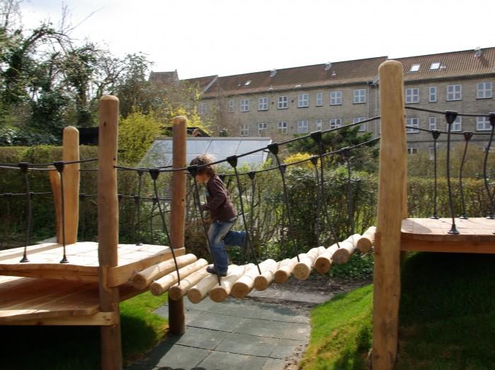 Hængebro i træ til legepladser er et populært valg hos legepladsspecialist.dk