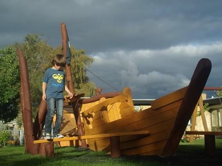 Skønt legeskib i træ til legepladser.