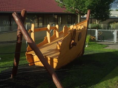 Legepladser med et legeskib er altid populære aktivitetsrum for børn og unge.