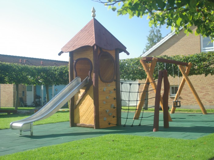 Legehus i robiniatræ med rutsjebane. Kvalitets legeredskaber til legepladser.